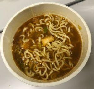 スープは、味噌+キムチの濃いめの色。真ん中にあるのは、白菜キムチです。